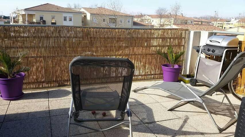 Joli T2 avec terrasse de 15 m2 - Salon-de-Provence - Byt