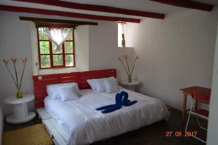 Tumbaco-Great king room-Hacienda house for share