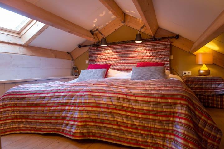 Via een steil trapje komt u bij een laag en klein slaapkamertje dat de sfeer ademt van een bedstee. De twee  comfortabele boxsprings hebben een ruime afmeting van samen 180×200 cm.