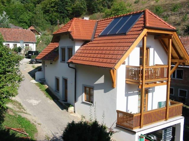 Weingut und Ferienwohnung Pomaßl (Weißenkirchen in der Wachau), Ferienwohnung mit Sonnenbalkon in idyllischer, grüner Lage auf dem Weingut
