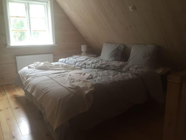 En trappa upp så finns mysigt sovrum under snedtaket!