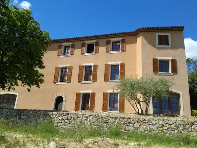 Bastide en Provence, près d'un village classé - Tourtour - Huvila