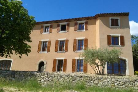 Bastide en Provence, près d'un village classé - Tourtour