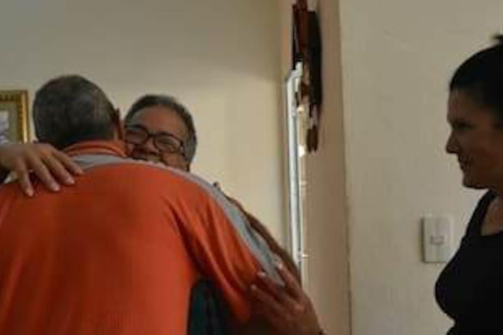 In goodbye there is always a very Cuban hug ... because we usually make friends./ En las despedidas siempre está el abrazo bien cubano..., porque solemos hacer amigos.