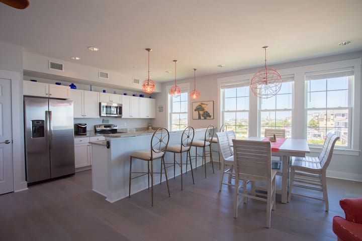 Gorgeous Kitchen and Dining Area