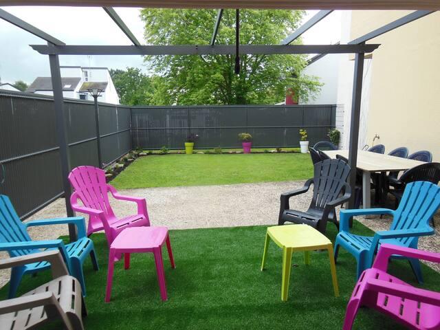 rez de jardin avec terrasse, barbecue salon et table