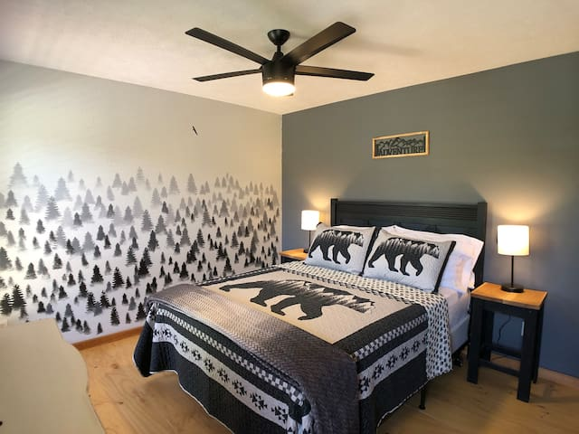 """Guest room with Queen """"Forest Room"""""""
