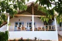 la maison principale,  les petits déjeuners et repas avec vue sur mer