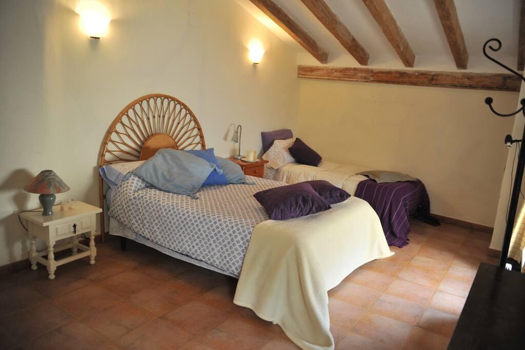 La habitación tiene dos camas en la misma área.