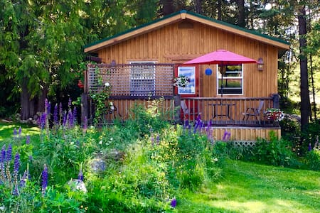 Cozy Kootenay Cottage for Two, Pet Friendly - Nelson - Cabin