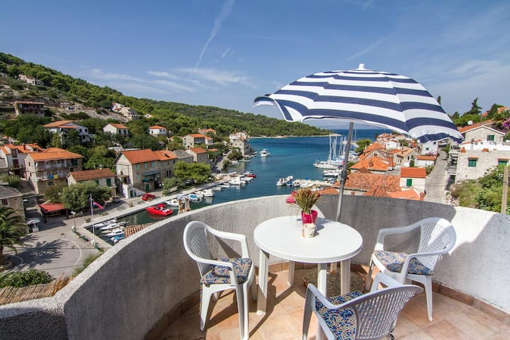 Two bedroom apartment with terrace and sea view Stomorska, Šolta (A-8650-a)