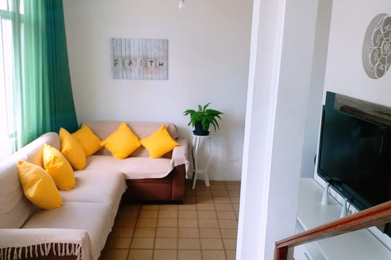 Sala de estar: todos os canais disponíveis, local arejado e calmo.