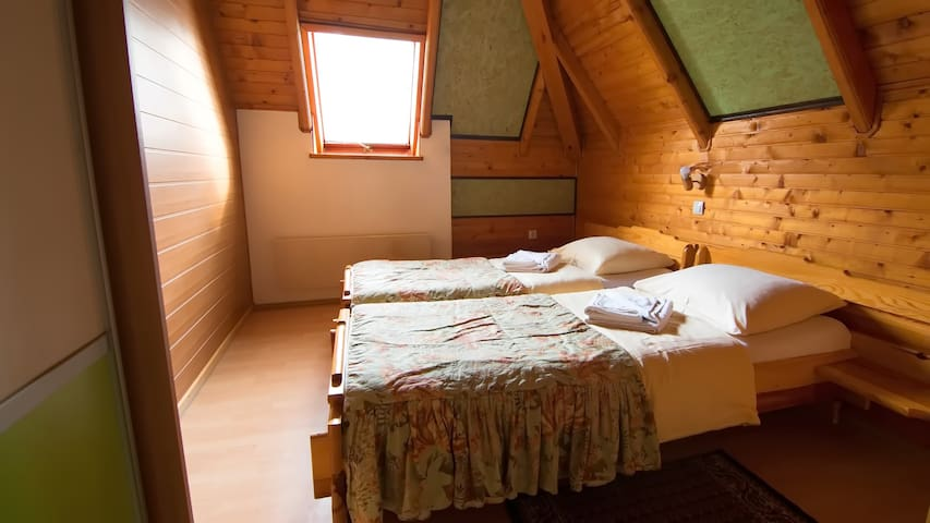 Bedroom 2 with two sigle beds and wardrobe.