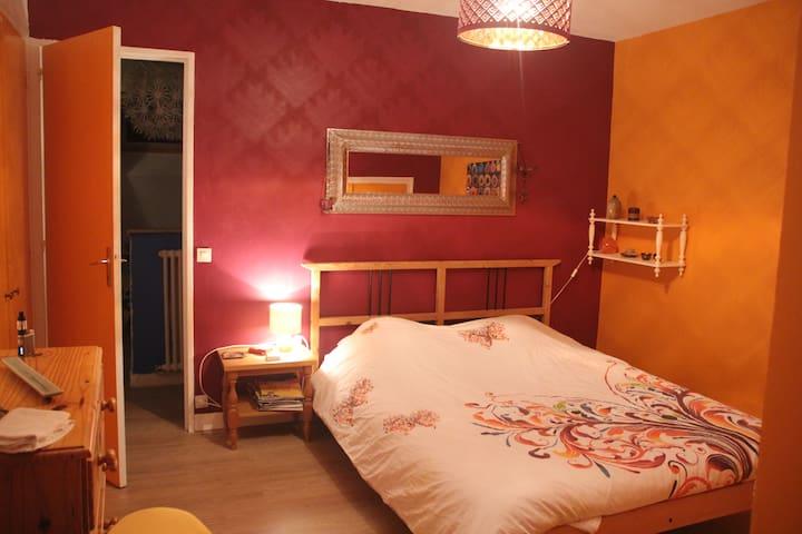 Une chambre (lit 2 pers.) entre ville et campagne