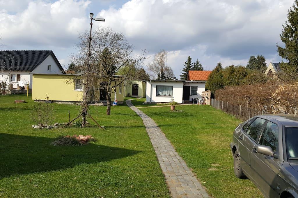 Blick in den Garten, Carport und reichlich Parkplätze vorhanden