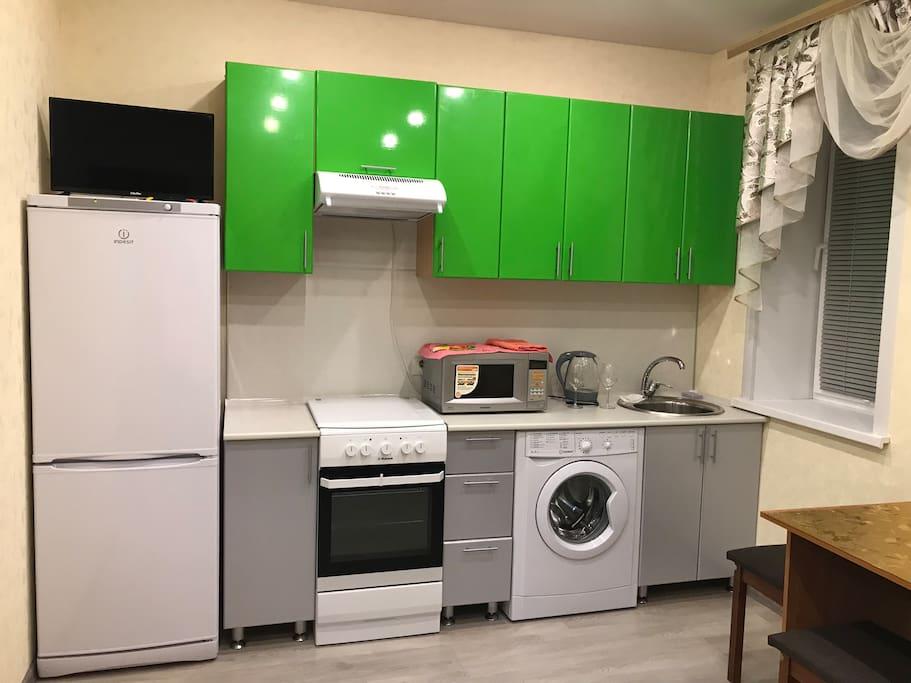 Это уютная мини-кухня с микроволновкой, электрическим чайником, всей необходимой посудой для приготовления еды. Готовить не будет скучно: на кухне работает телевизор с 20 цифровыми каналами! Уютно, как дома! А может, и лучше!
