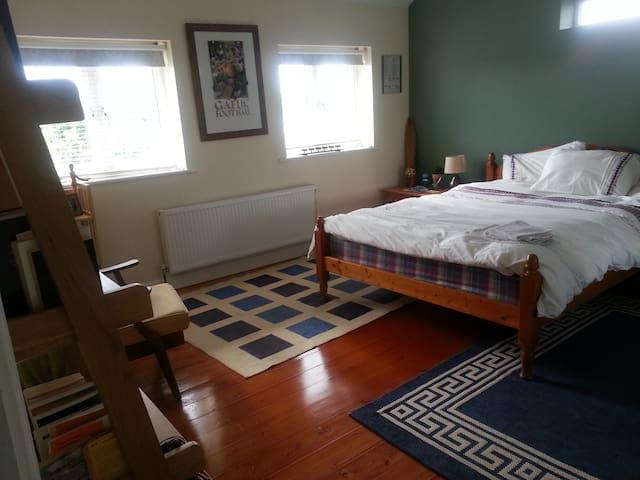 Large Double Room, Walk to Town - Sligo - House