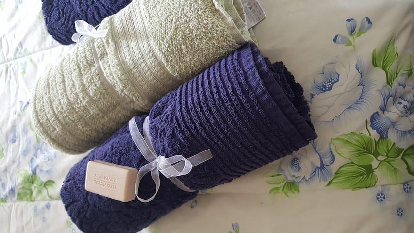 Toalhas de banho e de rosto de boa qualidade e super higienizadas. Roupas de cama e banho lavadas com produtos antibacteriano.
