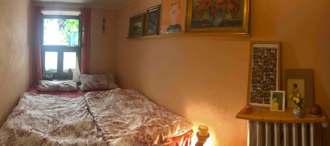 Das Gästezimmer, das Bett ist 180 mal 200 groß
