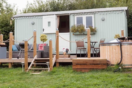 Large Shepherds Hut in New Forest  with Hot Tub