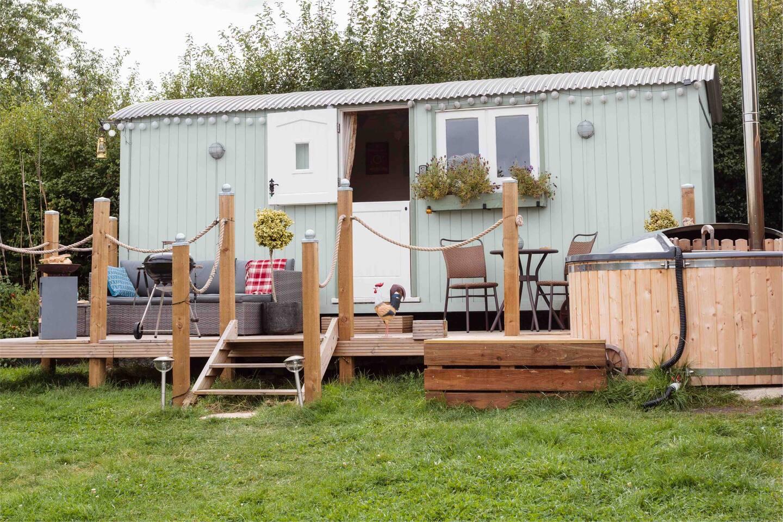Large 21ft Shepherds Hut with en-suite