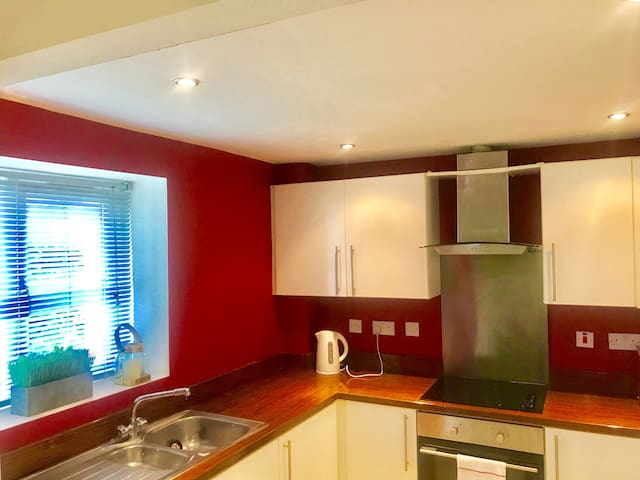 All Yours! - Gorgeous Serviced 2 bed Garden Apartment