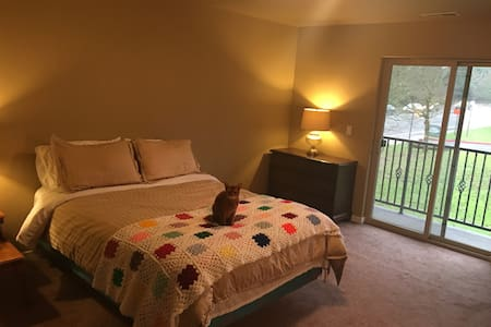 Large Private Suite with Bathroom and Balcony - Beaverton