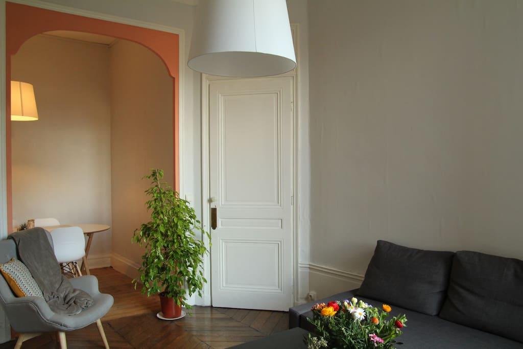 Salon vu depuis la porte de la chambre