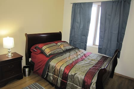 Double Bed With Big Closet & Dresser - Okotoks - Rumah