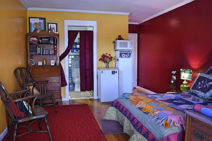 Private entrance and room in Belmont Heights