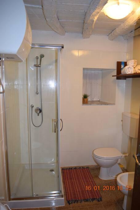 Bagno ristrutturato con doccia. Renovated bathroom with shower.