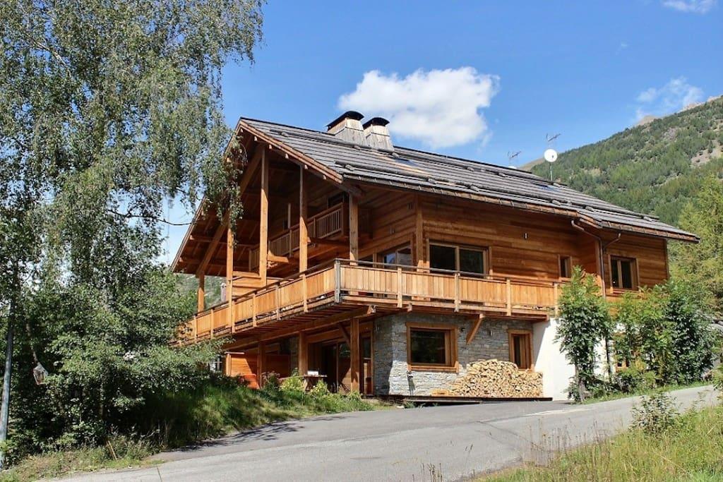 Chalet de la croix de bois rez de jardin avec une grande terrasse appartements louer le for Chalet de jardin de luxe