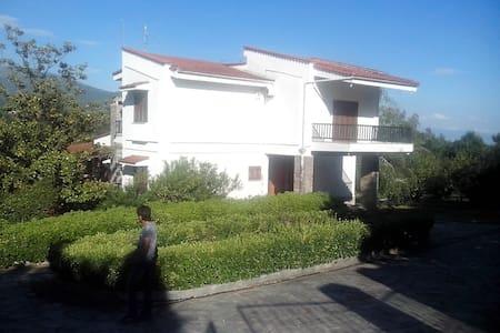 ΜΟΝΟΚΑΤΟΙΚΙΑ ΣΤΟ 5ΧΛΜ ΣΕΡΡΩΝ ΛΑΙΛΙΑ - Serres - Huis