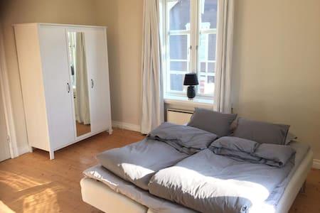 Charmig lägenhet för två i sekelskifteshus
