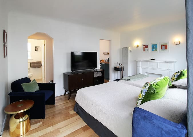 Centrally Located, Cozy Flat w/Private Entry