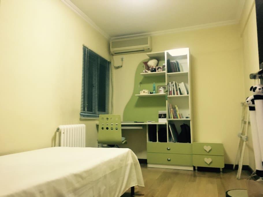 这是晚上的房间,温馨舒适