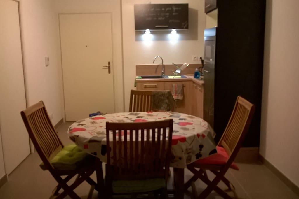 La table et le coin cuisine.