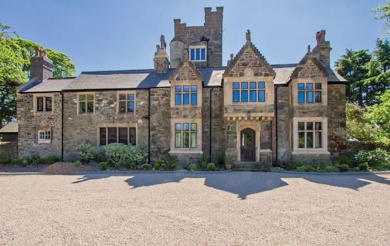 Historic Abbots Oak Manor House