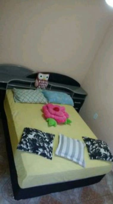quarto com cama box de casal e ventilador de teto