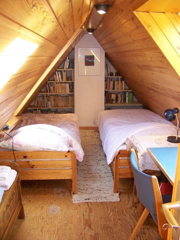 Dachzimmer mit 2 Betten (bei Belegung mit 6 Personen)