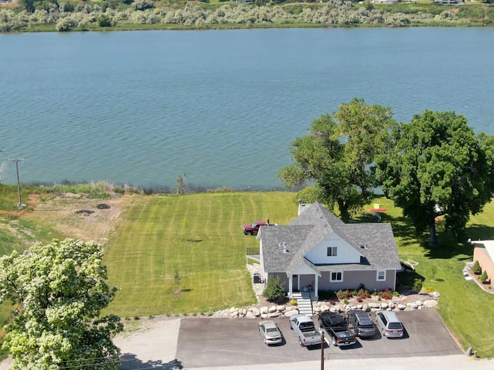 Huge Lakefront House! Sleeps 22. Private Dock! 🏚