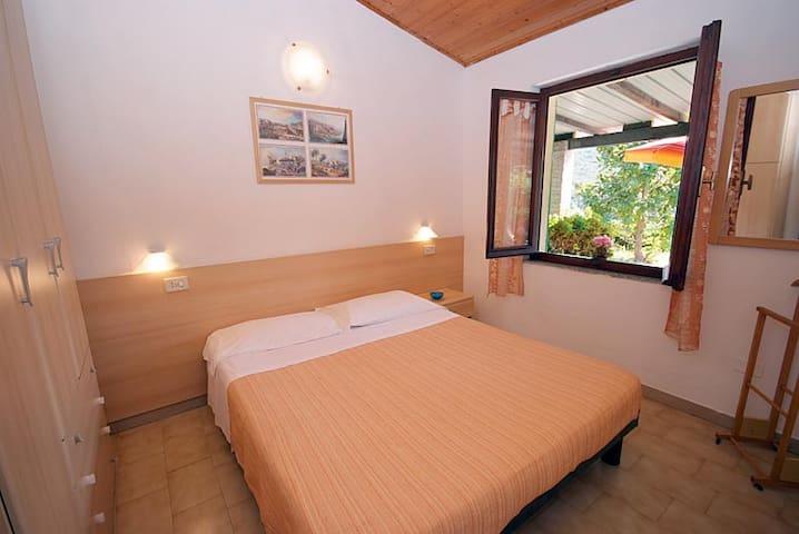 3 Zimmerwohnung für 6 mit Pool 1 km vom Strand