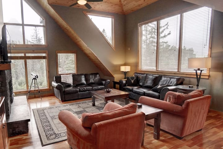 "Spacious Penthouse Suite at ""Rundle Cliffs Lodge"""