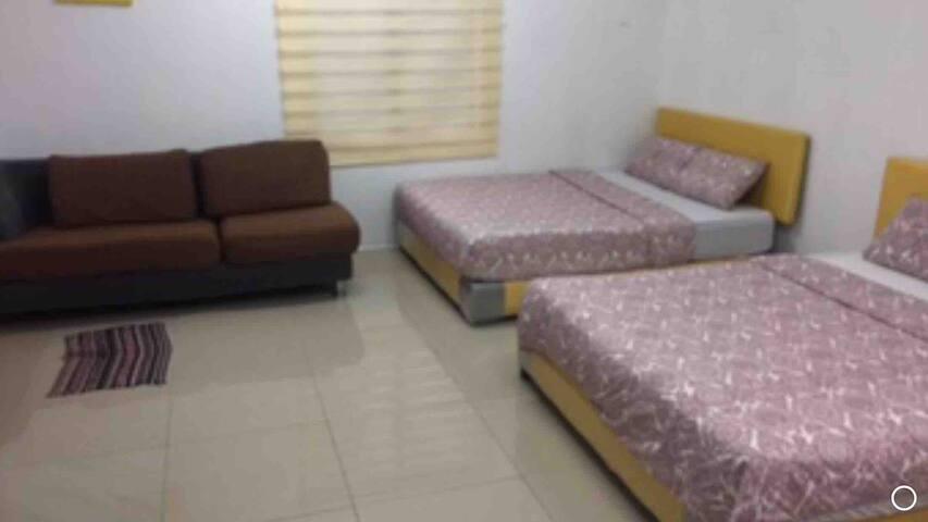 Syameen's Kampungstay B02 - Stripe Hse Deluxe room