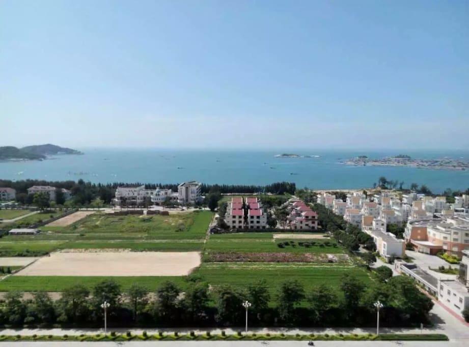 阳台拍的照片,可以看到对面的大海