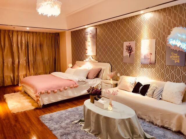 万达广场浪漫花海风情小屋一室一床一卫