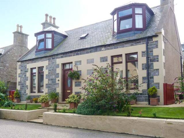 MORAY MIRTH COTTAGE, pet friendly in Portknockie, Ref 11293