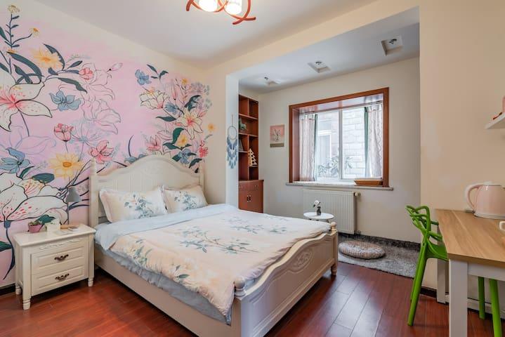 卧室,壁画为女主人手绘