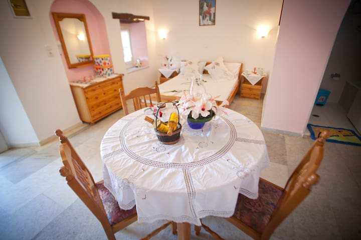 Triple room with pool view in the center Agia Anna