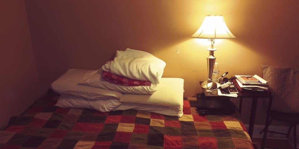 Habitacion privada para descansar baño compartido.